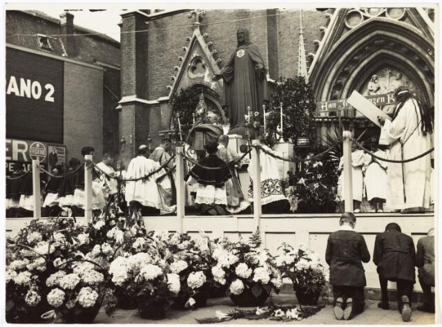 009098 - H. harthulde tijdens de zegening met het Allerheiligste celebranten: Pastoor van Dungen en kapelaan vd Veeken en kapelaan Bekkers. (1929)