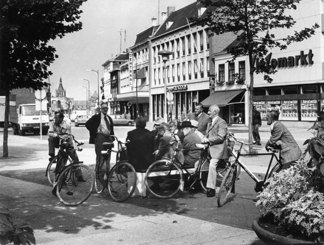 1238_F0211 - Groep oudere mannen.  Op een bankje of de fiets in de stad.