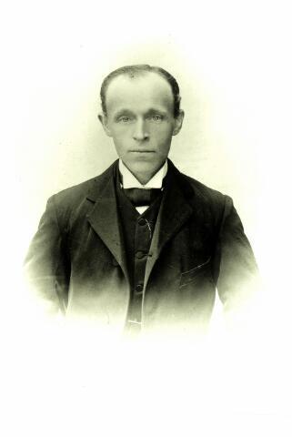 054668 - Cornelis Prinsen, landbouwer te Hilvarenbeek aan het Groot Loo en lid van het Venerabele Gilde (1863-1948) Hij trouwde met Petronella van den Bosch uit Moergestel.