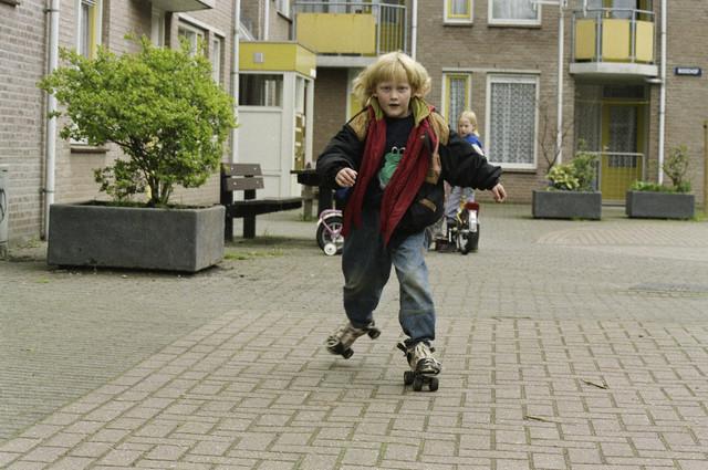TLB023000412_001 - Spelende kinderen op straat.