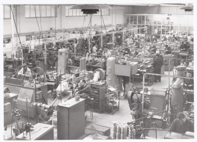 """039389 - Volt, Technische Afdeling, Gereedschapmakerij. De Stempelmakerij op complex Zuid in één van de """"O"""" hallen omstreeks 1965."""