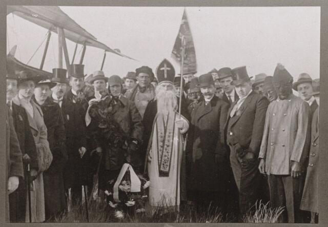 100188 - Sinterklaas. St. Nicolaas kwam in 1919 met een vliegtuig in Oosterhout aan.