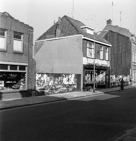 1237_007_383_006 - Huizen aan de Korvelseweg met winkeles. Links erkend installateur C. de Bakker. Rechts van Gastel Optiek.