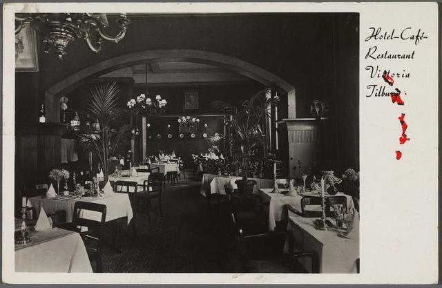010757 - Onder J. de Vos kreeg het hotel aan de Spoorlaan 112 op de hoek van de Langestraat de naam 'Victoria'. De eetzaal van het hotel.