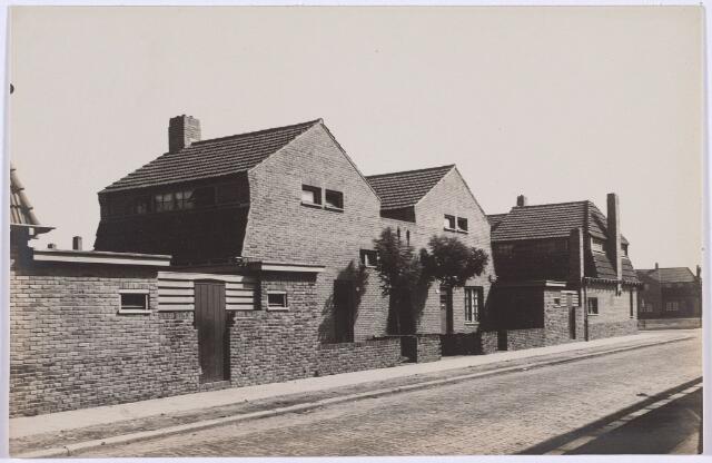 014224 - Woningen St.-Andreasstraat 16 en 18. Rechts op de achtergrond het St.-Pietersplein