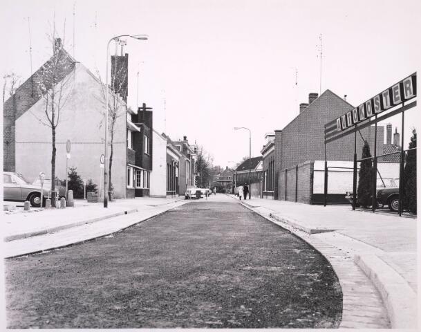 023295 - Begin van de St. Josephstraat, gezien vanaf de Korte Heuvel in de richting van de Ringbaan-Oost. Rechts het garagebedrijf Auto Koster. Op de parkeerplaats links vooraan stond vroeger café Belle Vue, nu een gelijknamig wooncomplex