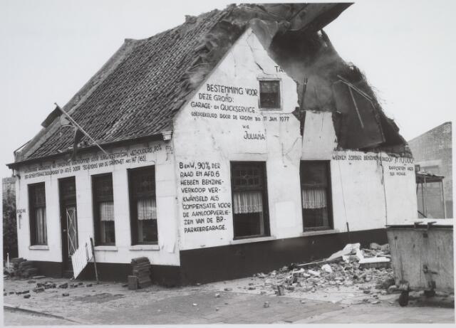 026165 - Op 11 juni 1982, precies om 15.00 uur, begon de firma Van Hees met de sloop van garage Oppermans aan het Lijnsheike, waarmee een einde kwam aan een langdurig conflict tussen eigenaar en gemeente