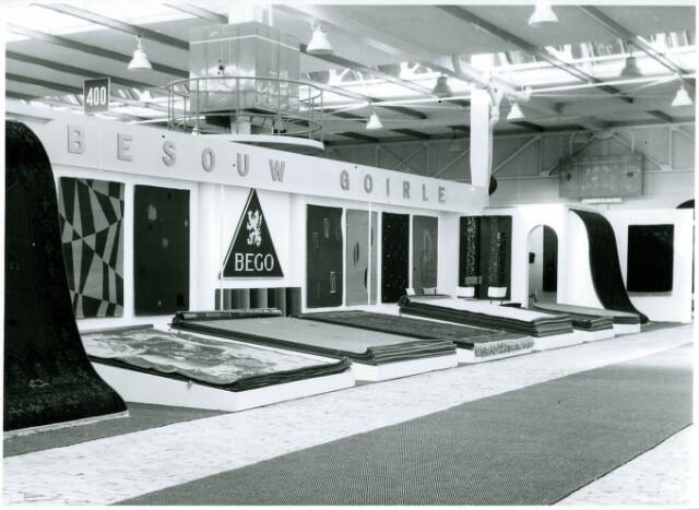 054975 - De firma Van Besouw op een najaarsbeurs. Textielindustrie