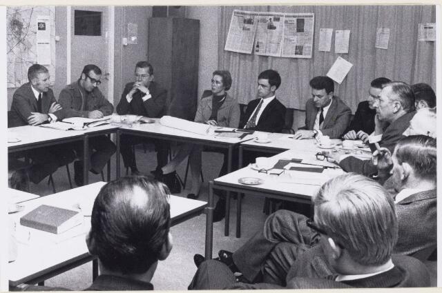 101154 - Nieuwbouw. De werkgroep en de raadsleden voeren overleg over het plan Dommelbergen