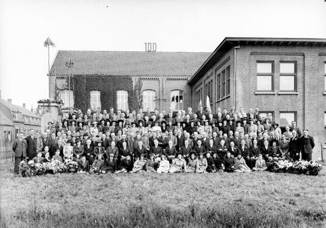 650473 - Schmidlin. Directie en personeel van schoenfabriek Mannaerts aan de Oude Lind, gefotografeerd ter gelegenheid van het 100-jarig bestaan, mei 1946.