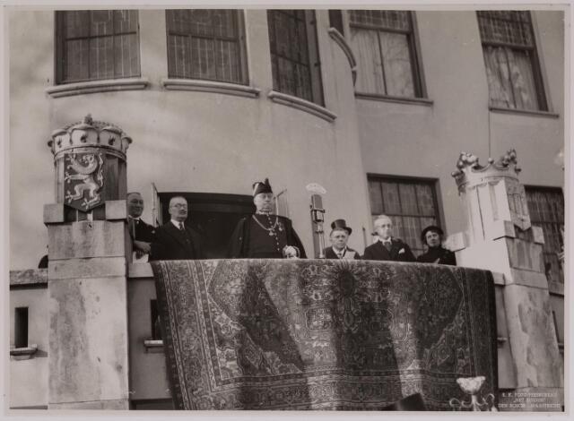 042677 - Huis van Oranje. Burgemeester mr. dr. F.  Vonk de Both luistert op het balkon van het Paleis-Raadhuis naar kinderen die een muzikale hulde brengen ter gelegenheid van de geboorte van prinses Beatrix. Links naast de de burgervader zijn opvolger, toen nog wethouder, Jan van de Mortel
