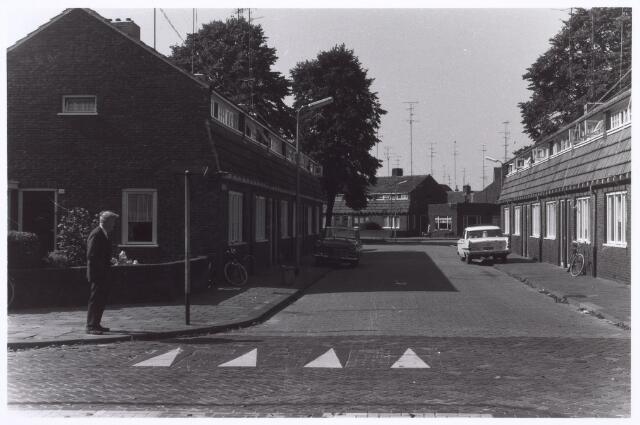 017996 - Eekhofstraat bezien vanaf de Ringbaan-Oost. Op de achtergrond het Schotelplein