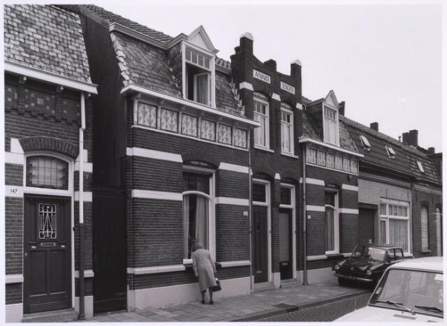 022718 - Panden Hoogvensestraat 143 tot en met 147 (van rechts naar links) in oktober 1981