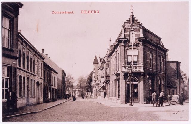 037392 - Zomerstraatbij de splitsing met de Bredaseweg. Aan het einde van de Zomerstraat het St. Annaplein, later Lieve Vrouweplein. Geheel links een detail van het pand van de familie Boelaars. Rechts hiervan pand M459, vanaf 1910 Zomerstraat 44. Rond 1900 woonde hier architect, wethouder Leonardus Johannes Goijaerts, geboren te Tilburg op 11 oktober 1852 en aldaar overleden op 19 juni 1918. Zijn weduwe, Antonia M.C. Vermeulen, geboren te Beuningen op 12 augustus 1851, overleed in dit pand op 19 mei 1927. Hun ongehuwde dochter Johanna M.Fr. Goijaerts verhuisde in 1930 naar de Bisschop Zwijsenstraat. Rechts een straatveger.
