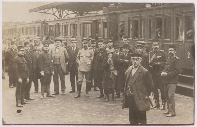 042281 - Eerste Wereldoorlog. Belgische vluchtelingen. Aankomst op het station. In het midden (tussen twee wagons) 1e luitenant Cremers van het VMAK.