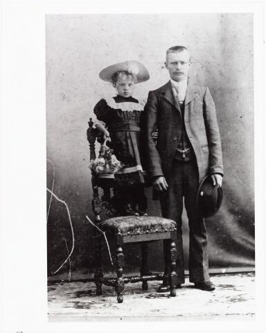 006571 - Johannes Laurentius van Beurden geboren Tilburg 10 november 1875, verongelukt Weert 1932, vrachtrijder/steenkolenhandelaar aan de Oranjestraat met zijn nichtje Cornelia Henrica (Corry) Verweijmeren geboren Tilburg 18 september 1896.  Corry Verweijmeren verhuisde later met haar ouders naar Londen en verbleef in 1903 en in juni 1920 bij het gezin Van Beurden-van den Biggelaar.