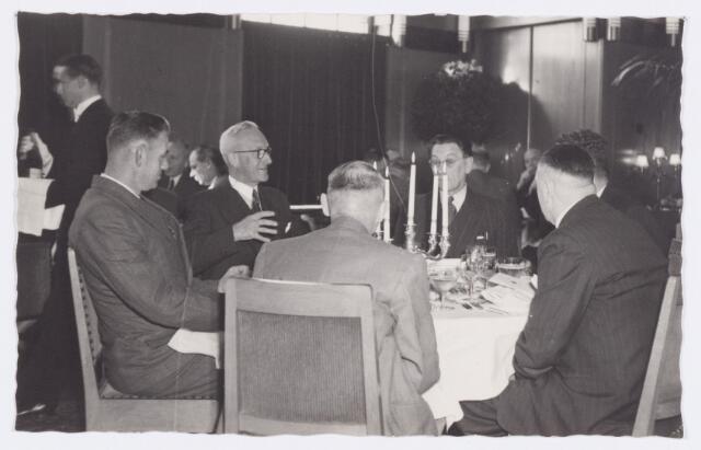 053352 - Koninklijke Bezoeken. prins Bernhard brengt een werkbezoek aan Tilburg; tijdens het noenmaal in het paleis Raadhuis;   A. Segers, H. Peters, P. van Ierlant, Drs. A. v. Vught (ged. zichtb.) A.v. Acker en A. Sparidaens (op de rug)