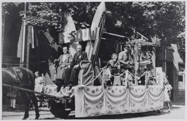 045719 - WOII; WO2; Tweede Wereldoorlog. De bevrijdingsoptocht op het Oranjeplein. Op de foto de praalwagen van de firma Van Besouw met de voorstelling van een spoelster en een wever.