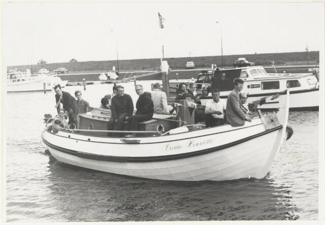 """90942 - Made en Drimmelen. De te water lating van de sloep """"Vrouwe Henriëtta"""" in Drimmelen. Links zittend op de kajuit: de heer P van Aalst."""