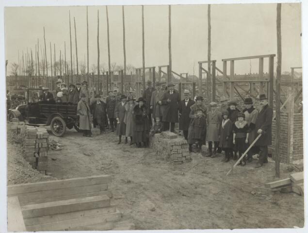 015566 - Bouw van de Boerhaavestraat in 1922. Op de foto de toekomstige bewoners van de huizen. Links, in de auto, aannemer Zebregts.