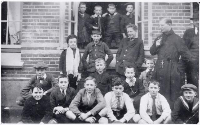 051171 - Basisonderwijs.  Klassenfoto  r.k. lagere school. St. Dionysius. De klas van frater Hermenigild. Deze school was toen nog een jongensschool.