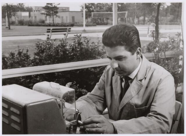038979 - Volt Noord.Productie of fabricage afd. Deflectie units. Lijnspoel meten op kortsluitwindingen d.m.v. hoogspanning. Waarschijnlijk rond 1968 in hal NA door Dhr. Bezems. Deze foto toont overeenkomst met foto nr.038972.