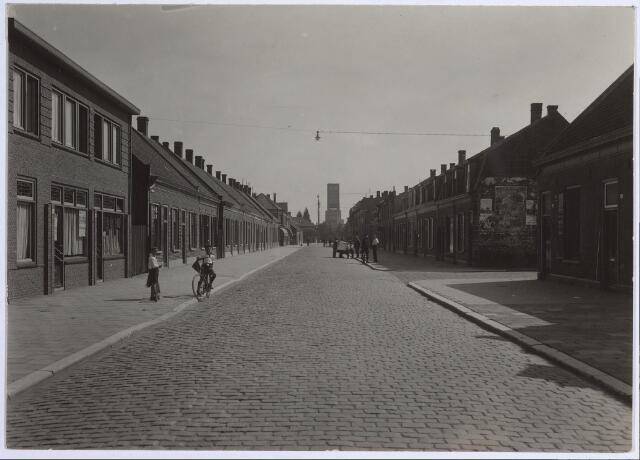 026544 - Molenstraat met rechts de Kruisstraat. Op de achtergrond de toren van de tentoonstelling aan de Ringbaan-Oost in 1934.