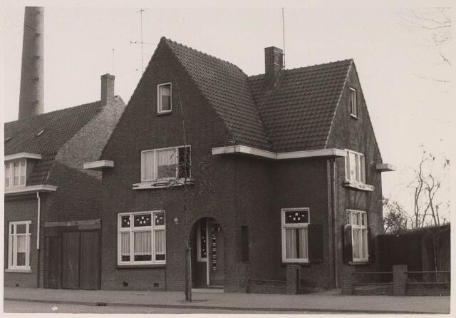 023546 - Pand Enschotsestraat 16, thans Kapitein Nemostraat. Links de schoorsteen van de Tilburgse Houtcentrale