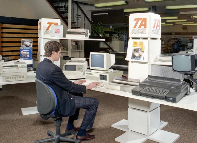 D-000727-1 - Jevel, Jan van Laarhoven, Wilhelminapark: afdeling kantoormachines