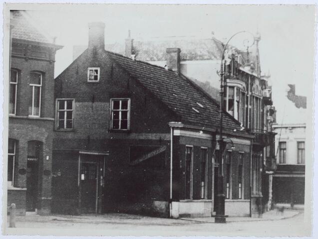 027797 - Oude Markt 6. Hier woonde Jo M. van Roessel, in 1915 naar Oisterwijk vetrokken. Daarna Rob R.M. Caron. Vanaf 18-10-1926 zat hier het Burgerlijk Armbestuur. In 1931 afgebroken. Het was het geboortehuis van Superior De Beer.