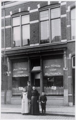 035478 - Protestants militair tehuis aan de Zomerstraat 33, opgericht in 1913. Het beheer van het tehuis was in handen van Pieter Cornelis Jasperse, geboren te Rotterdam op 15 juni 1879. Hij was ook postbode en kwam in 1910 met zijn gezin naar Tilburg, waar het gezin woonde aan de Nijverstraat, waar in 1915 een nieuw PMT werd opgericht. Op de foto een onbekende militair. Op de voorgrond v.l.n.r. dienstmeisje Maria Knicknie, mevrouw Jasperse-Elve, de moeder van de beheerder, en zijn zoontje Cornelis Jasperse, geboren te Rotterdam op 2 mei 1905.
