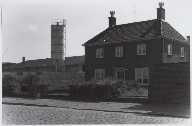 026006 - Woning van betonfabrikant A. van Geel aan de Lovense Kanaaldijk, gelegen naast de fabriek (links)