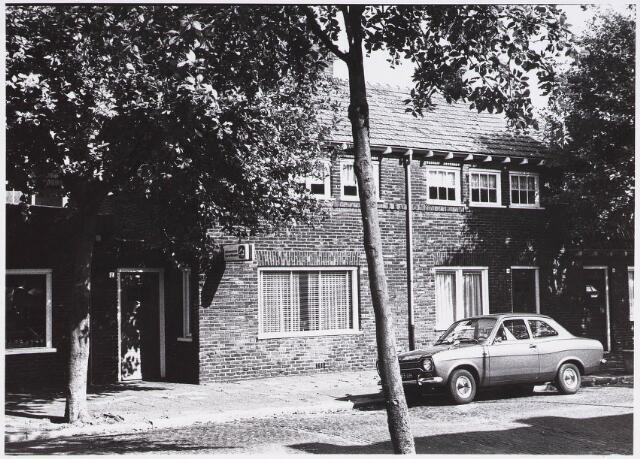 028379 - Pieter Borstraat genomen vanaf het Rosmolenplein met de huisnummers 2 tot en met 6
