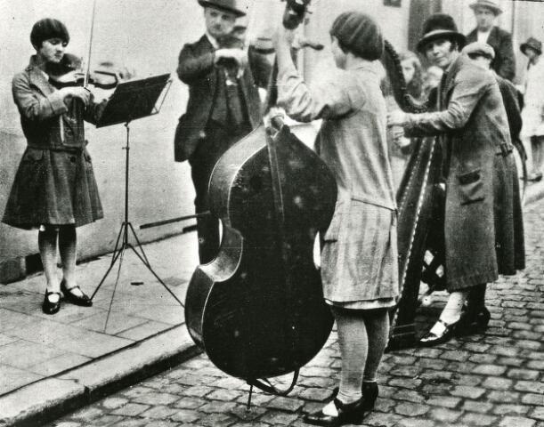 065963 - Kermis. Muziekleven. Straatmuzikanten. Een straatorkestje trad op in de Veemarktstraat.