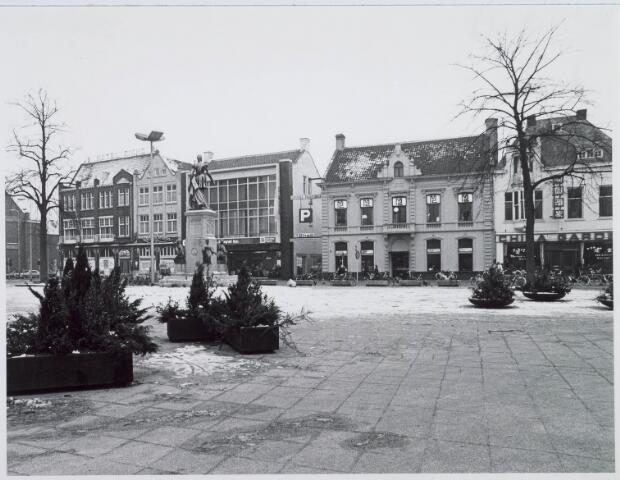 021174 - Zuidzijde van de Heuvel begin 1976 met van links naar rechts hotel Riche, garage Knegtel, kunsthandels Addy Goosen en Marian Coenen en Chinees restaurant China Garden