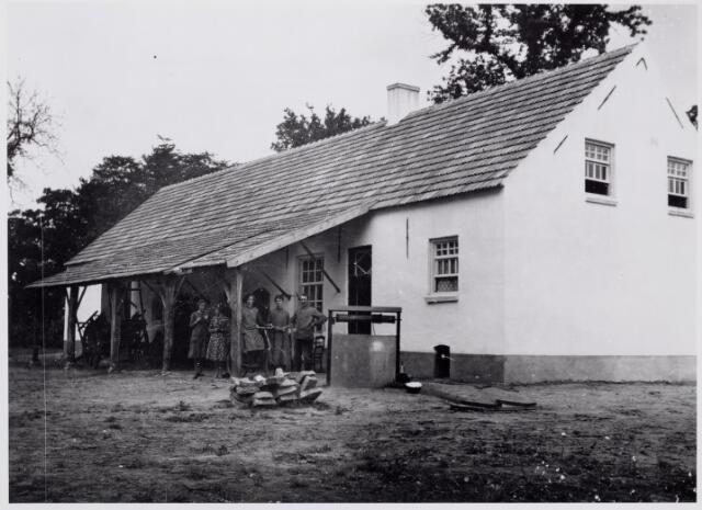 046510 - Achterzijde van het zogenaamde Wit Huis op Nieuwkerk onder Poppel. Op de foto pachter Jef Vrijsen met zijn gezin.