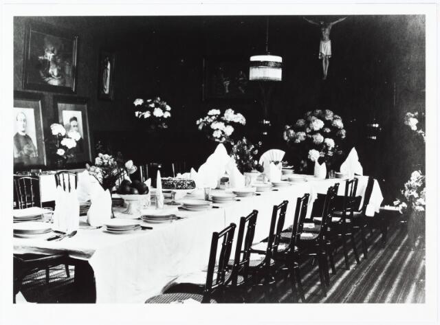 009494 - Kloosters. R. K Jongensweeshuis-drukkerij van de fraters van Tilburg. De gedekte tafel in de spreekkamer van de fraters ter gelegenheid van het zilveren feest van frater Ignatius Smulders.