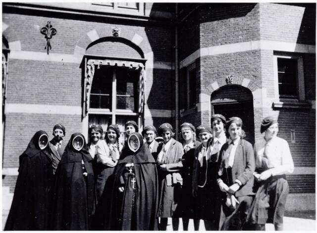051651 - Middelbaar onderwijs. Schoolreis van leerlingen en nonnen van het R.K. Theresialyceum naar Scheveningen.