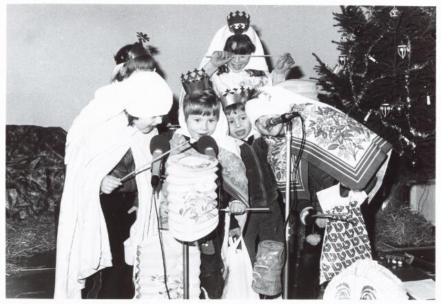 053137 - Driekoningen zingen in het Wijkgebouw Groenewoud op 6 jan. 1981.