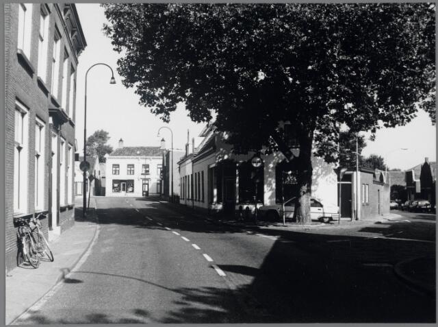 88694 - Raadhuisstraat, rechts Lageweg.  Aan het einde staat Raadhuisstraat 69-71 een herenhuis herbouwd in de 19e eeuw en later gewijzigd met een winkel.