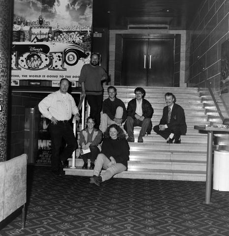 1237_010_758_007 - Groepsfoto voor de Tilburgse Koerier. Personen zitten en staan op de trappen in het Midi theater en bioscoop.