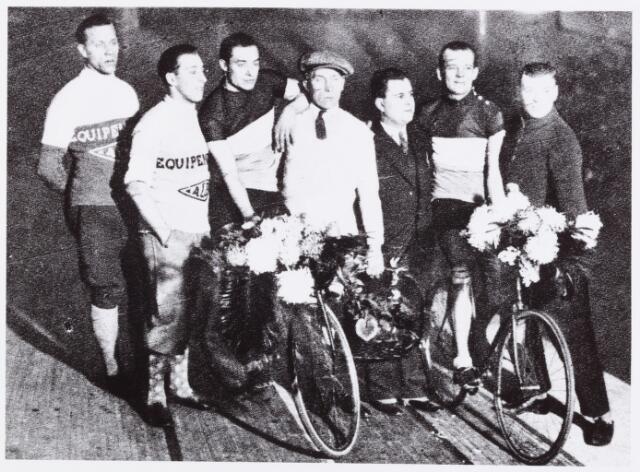 054421 - Sport. Wielrennen. Huldiging van Jan Pijnenburg in gezelschap van Braspenninks na zijn terugkeer uit Amerika na het volbrengen van de zesdaagse te Brussel