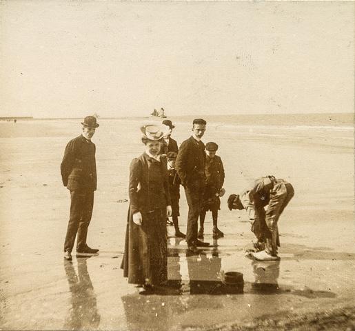 653635 - Familie Diepen op het strand  van Blankenberge. (Origineel is een stereofoto.)