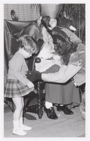 038730 - Volt. Oosterhout. Sint Nicolaasviering voor de kinderen van het personeel in 1959. Fabricage- of productie vond in Oosterhout plaats van april 1951 t/m 1967. Sinterklaas. St. Nicolaas