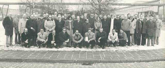 651509 - VOLT, Tilburg.Noord. Mechanische Bedrijfs Mechanisatie, later Mechanische en Electrische Ontwikkeling.Deze foto van de gehele afdeling is ca. 1975 gemaakt, waarschijnlijk voorafgaand aan een excursie.
