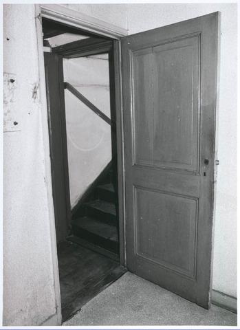 027749 - Oude Markt 8. Apotheek Bijvoet. Achterbouw, deur laboratorium (keukentje) en trapje naar kamer boven tussenverdieping. Detailopname