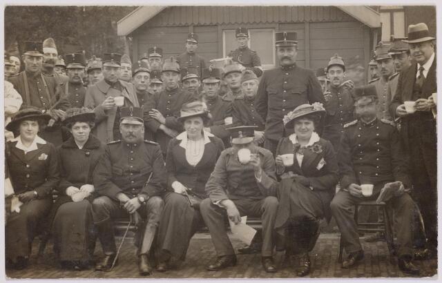 042290 - Eerste Wereldoorlog. Belgische vluchtelingen. Enkele leden van het Tilburgsche Vluchtelingencomité met gevluchte Belgische militairen