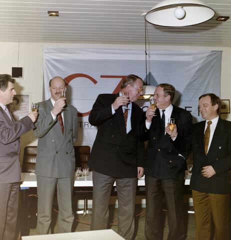 1237_012_968_006 - Sport. Voetbal. Zorgverzekeraar CZ tekent als sponsor van Willem II in januari 1992. Links Frans van Dommelen, voormalig  technisch directeur bij Willem II. Derde van links Wim Groels, voormalig voorzitter van Willem II.