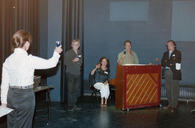 1237_001_024_024 - Cultuur. Een presentatie in de Tilburgse Revue op 15 september 2004. Samen proosten op het nieuwe programma voor 2005.