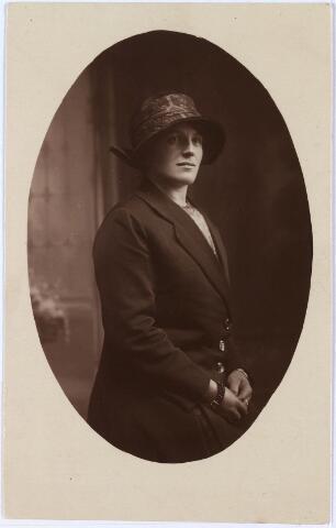 650413 - Schmidlin. Catharina Henrica Margaretha Maria (Cato) Remmers (Tilburg 1899-1995). Zij trouwde in 1924 met Cornelis van Oirschot. (Dubbel fotonr 011388)